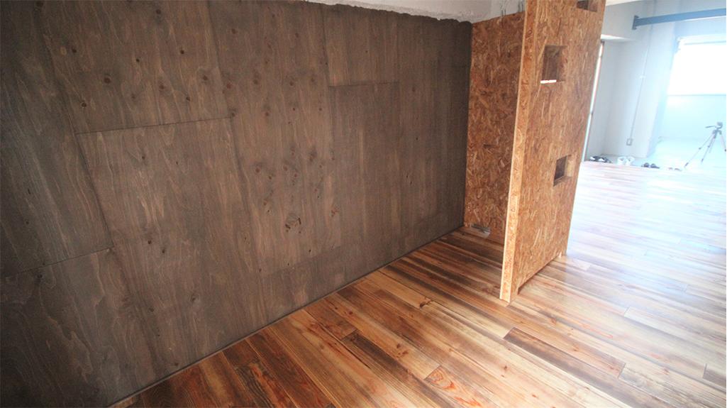 ボルドーパイン無垢フローリング レシベミエル 施工事例 間仕切りと壁面